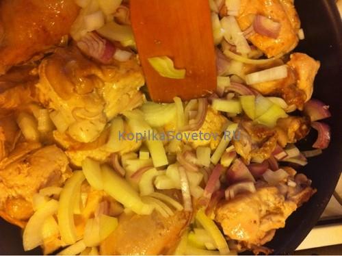Нарезать лук и обжарить с куриным мясом