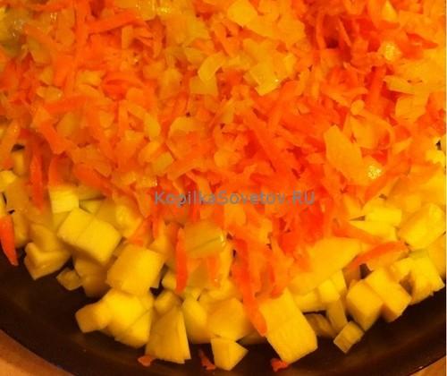 Сверху кабачков выложить лук и морковь