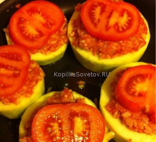 Режем помидоры кружочками и выкладываем сверху