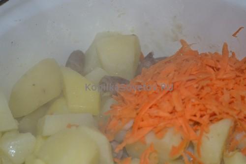 Добавим морковь к блюду и потушим