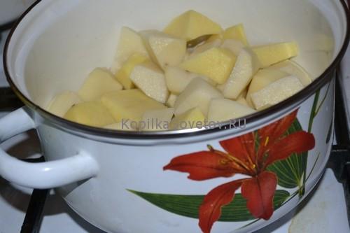Поставим картофель вариться на огонь