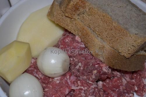 Добавим лук, картошку и хлеб