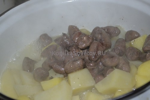 Выкладываем сердечки в картошку и тушим