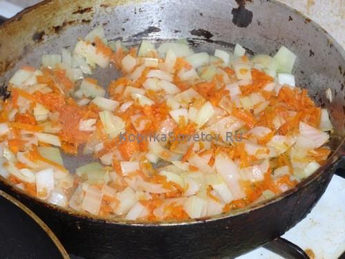 обжарим лук и морковь