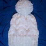 Вязанная шапка узором Королевская коса