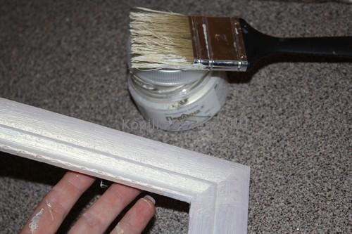 Закрашиваем рамки белой краской