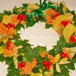 Венок из осенних листьев и рябины